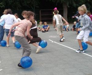 Spel met ballonnen op schoolplein